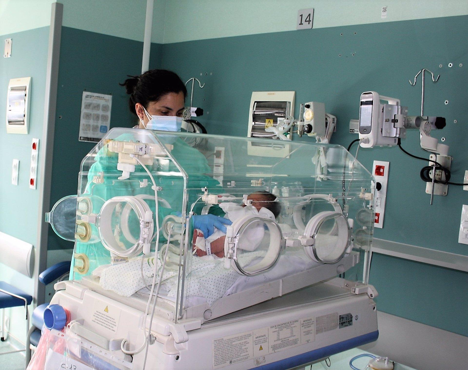 El Hospital Clínico promueve un menor uso de adhesivos en la piel de los recién nacidos