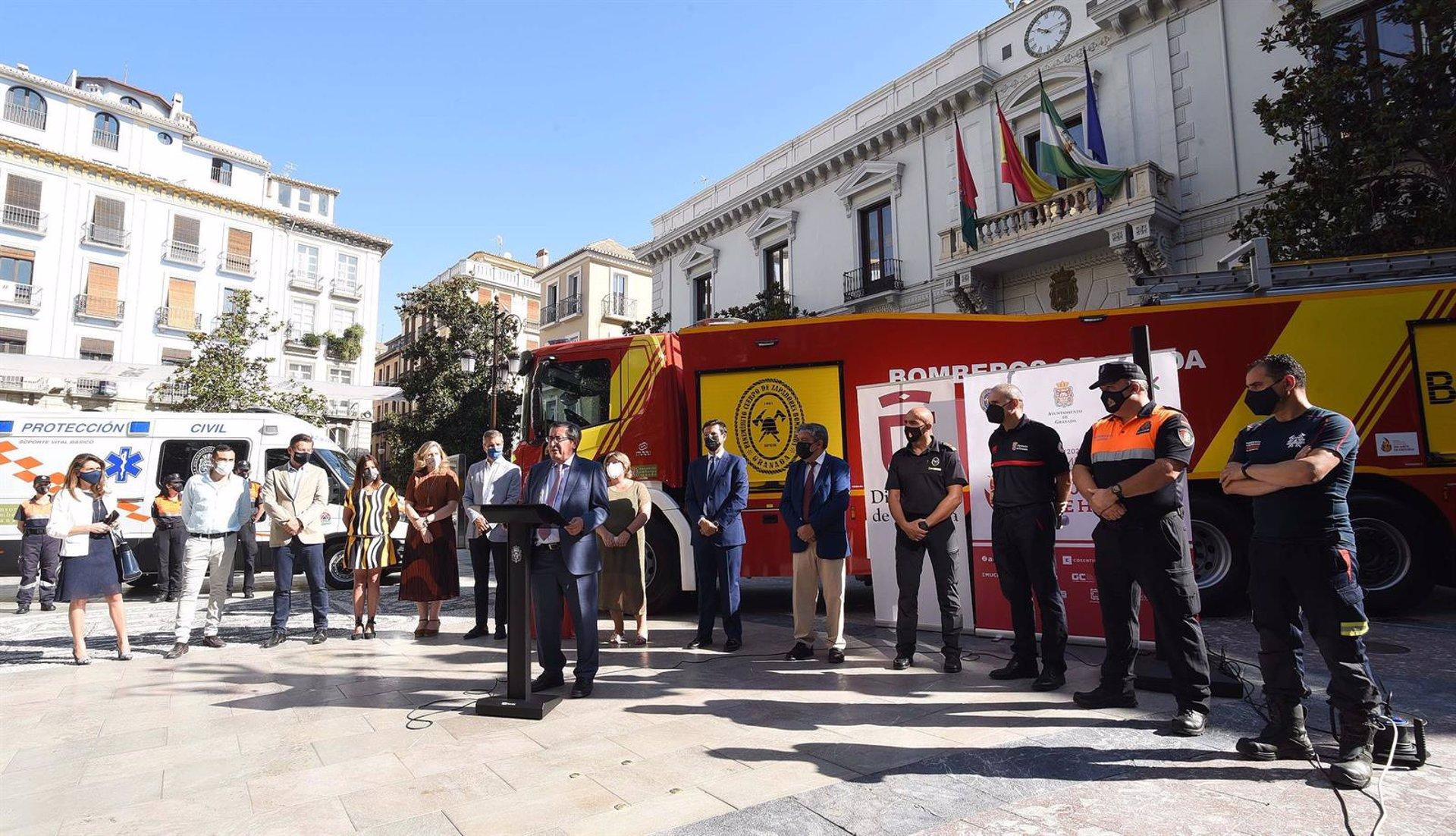 La Diputación entrega dos nuevos vehículos al Parque de Bomberos de Granada