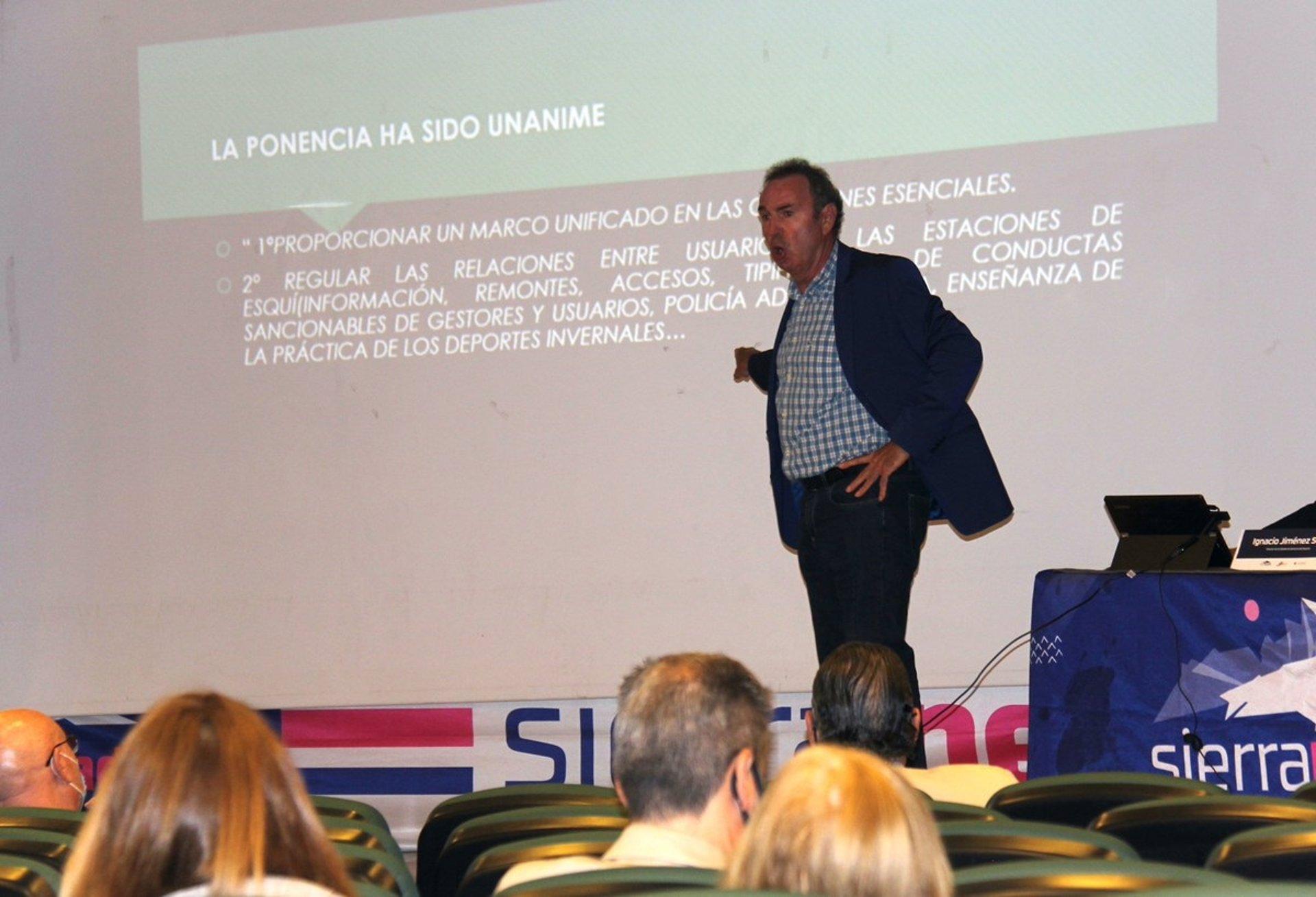 Expertos en Derecho analizan en Sierra Nevada una futura ley de los deportes de invierno en Andalucía