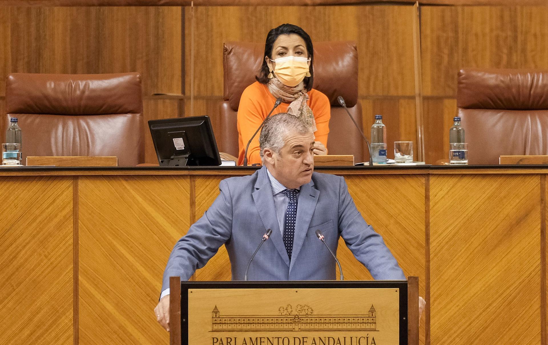 El PSOE-A advierte de que la quinta ola «desborda» a la Junta en pleno verano y reclama que «reaccione ya»