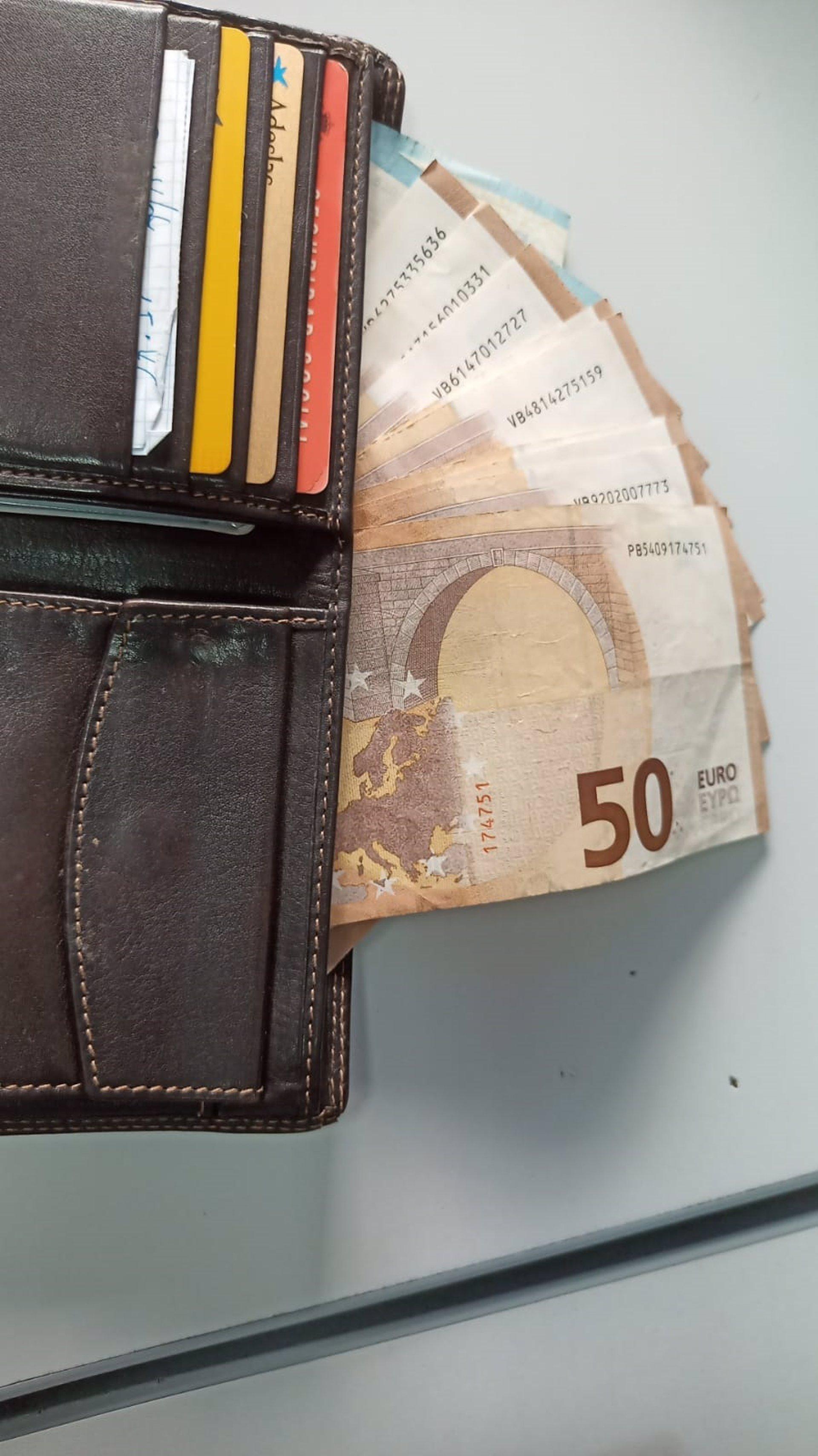 Dos jóvenes entregan a la Policía Local de Almuñécar una cartera con casi 600 euros, documentación y tarjetas