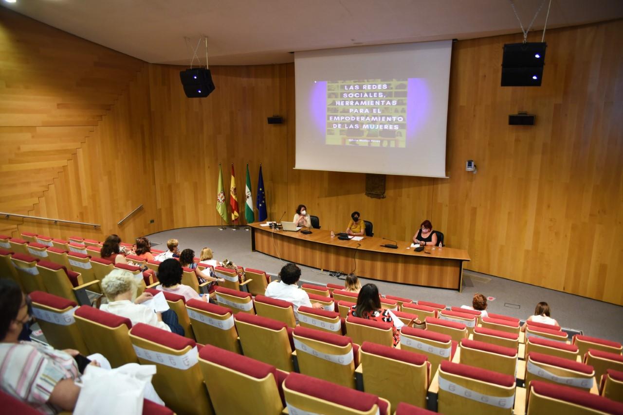 Montserrat Boix clausura un ciclo formativo de Diputación para fomentar el empoderamiento de mujeres en redes sociales