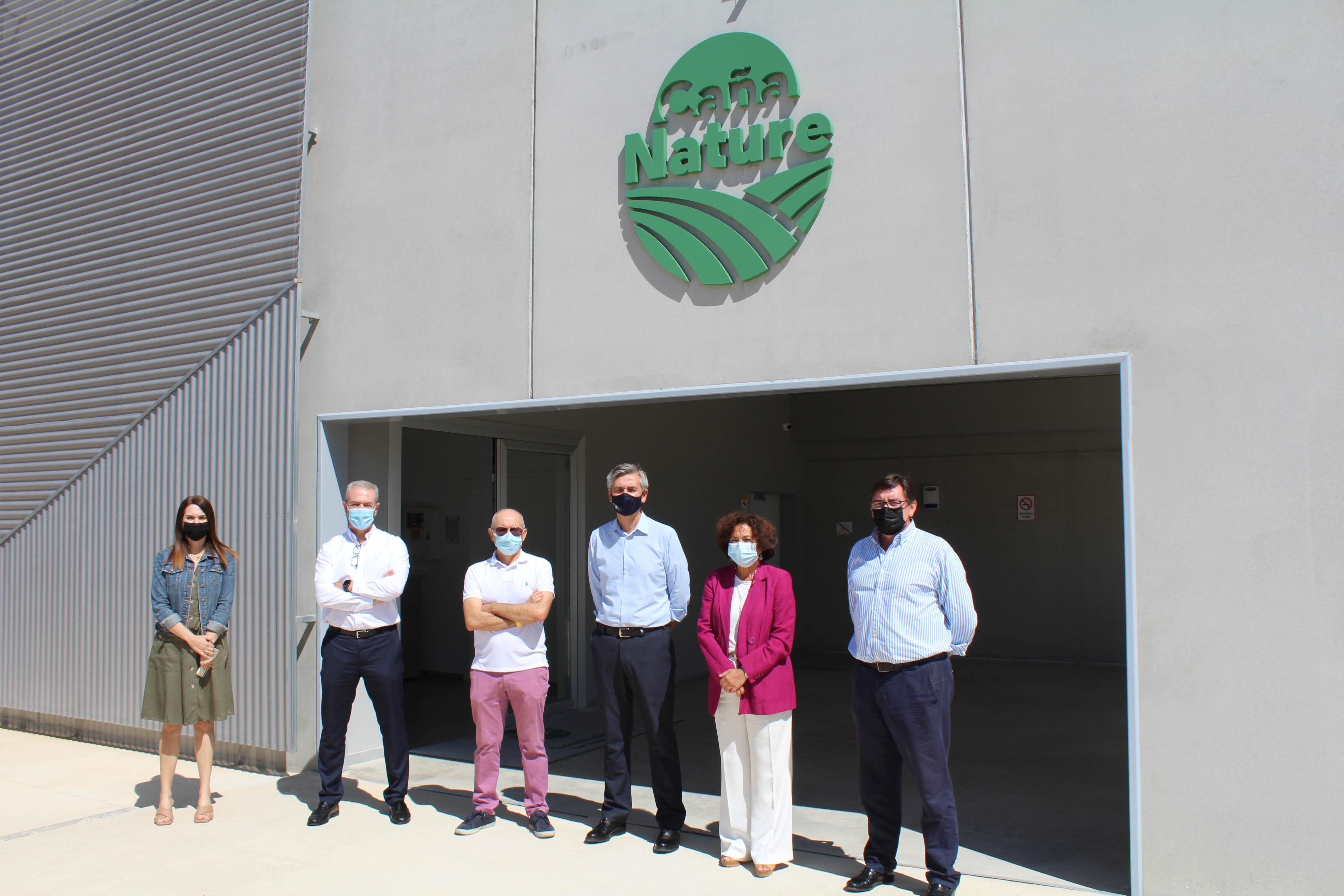 La rectora de la UGR visita las instalaciones de Caña Nature en Escúzar