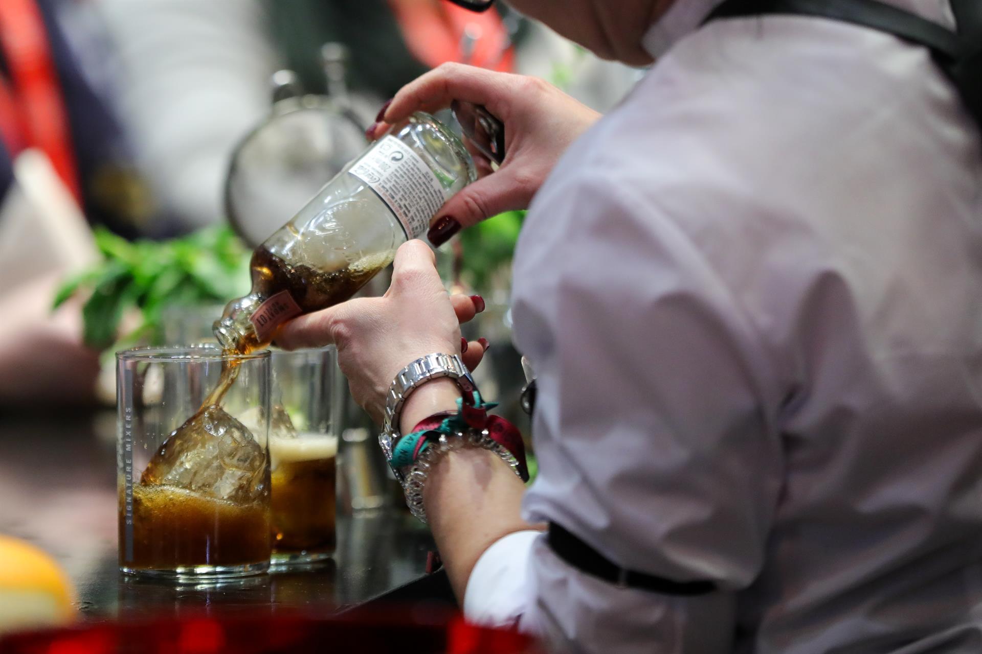 Salud recuerda la prohibición de vender alcohol a menores de 18 años y los riesgos del consumo, que aumenta en verano