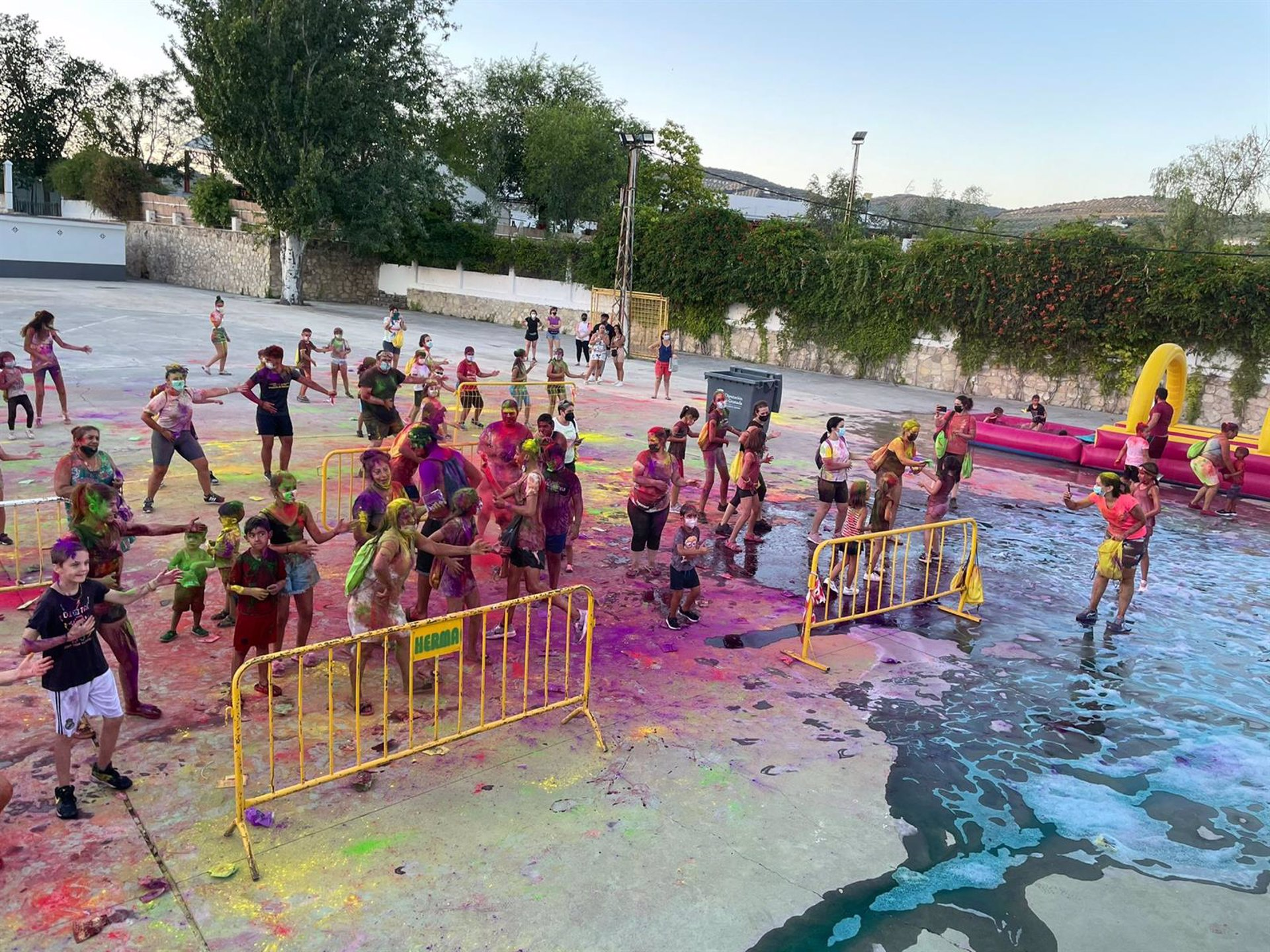 Un centenar de jóvenes de Montefrío hace una carrera de colores con protocolo anticovid