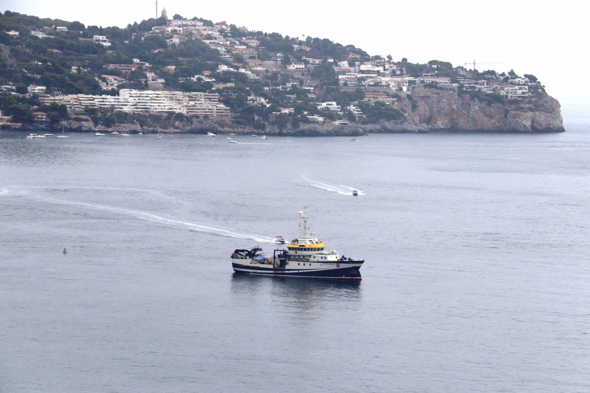 El buque Ángeles Alvariño desarrolla un estudio de hábitats en la bahía de La Herradura