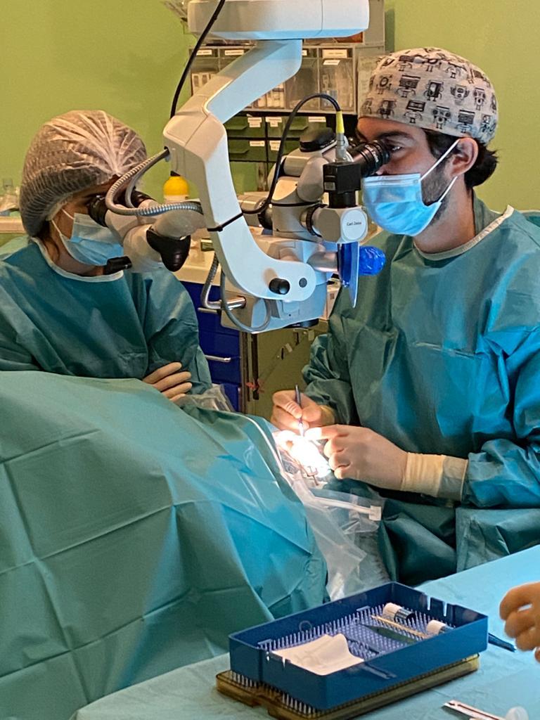 El Hospital Virgen de las Nieves trata problemas degenerativos de la córnea con técnicas de vanguardia