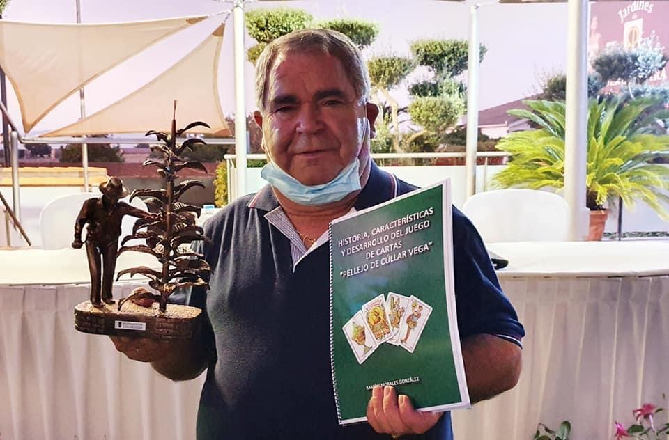 Un vecino de Cúllar Vega escribe el primer libro sobre el 'Pellejo', un popular juego de cartas que solo se practica en este pueblo