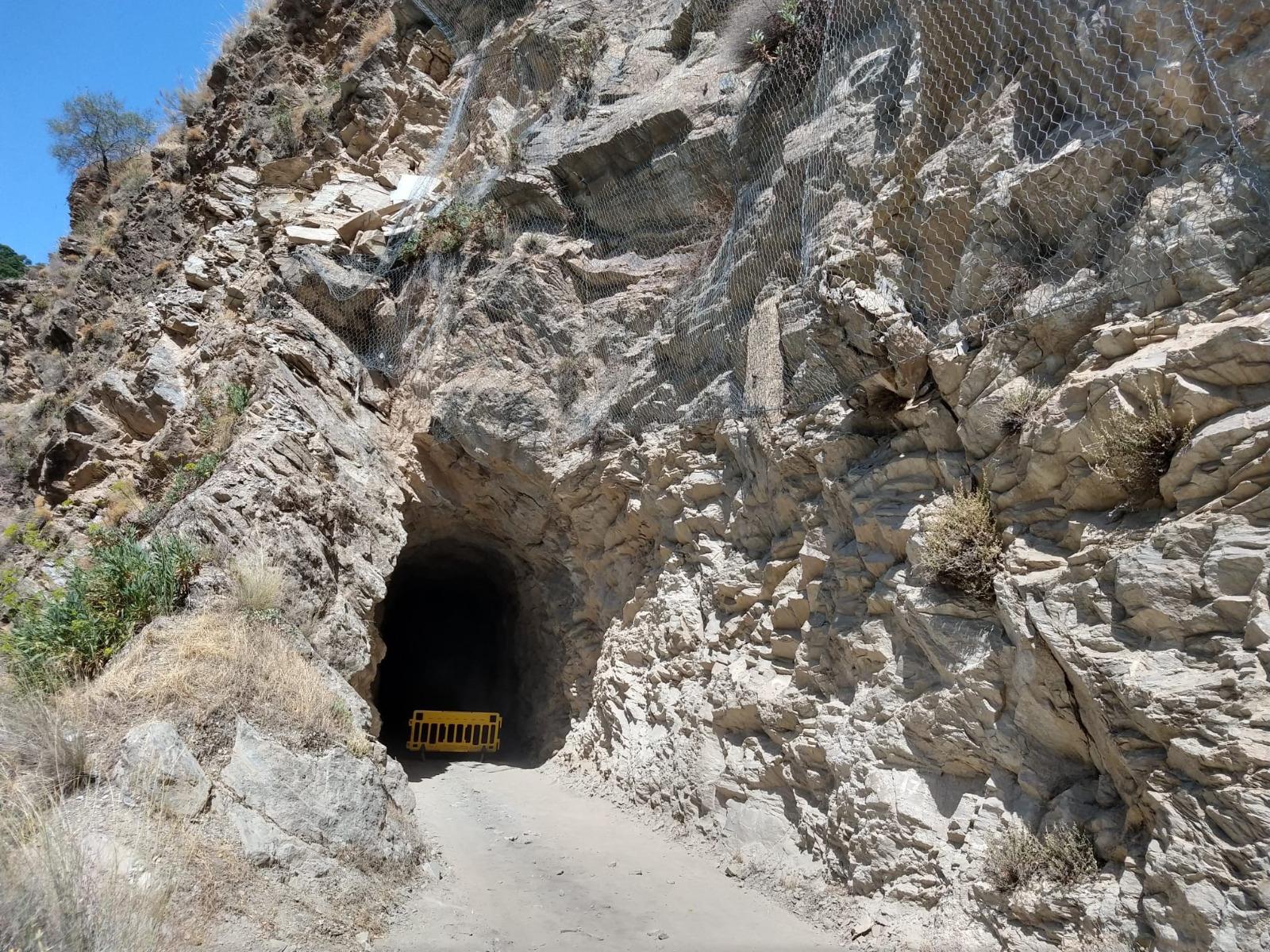 Güejar Sierra realiza trabajos de seguridad para evitar desprendimientos en el sendero del tranvía