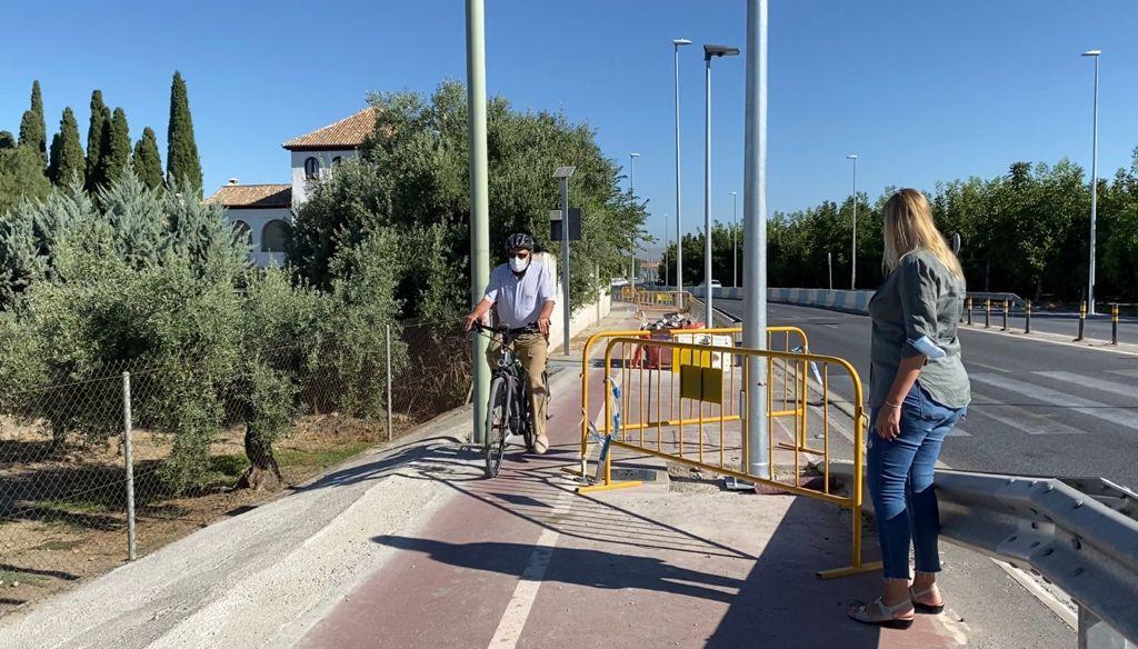 Hernández pide a Entrena que «retire las farolas que ha colocado en medio del carril bici de La Zubia» y que suponen un auténtico peligro