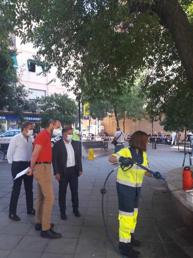 El Ayuntamiento mantiene que este verano ha intensificado las tareas de limpieza con la recuperación de las brigadas del baldeo