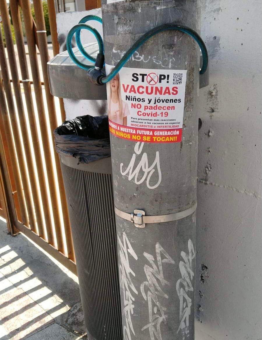 El Ayuntamiento de La Zubia retira pegatinas colocadas frente al IES Trevenque incitando a no vacunarse