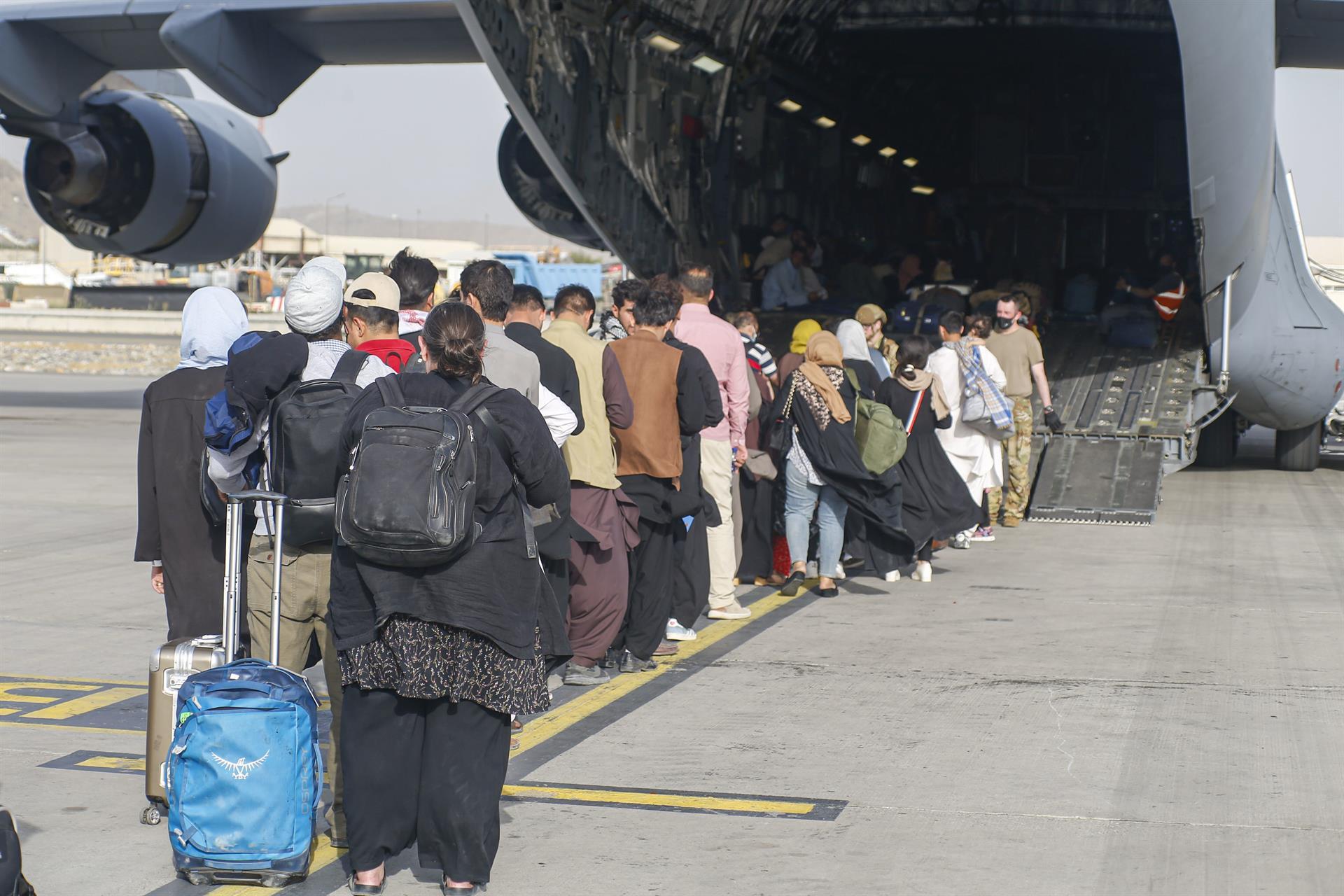 Aterriza en Rota el primer vuelo estadounidense con 400 afganos evacuados