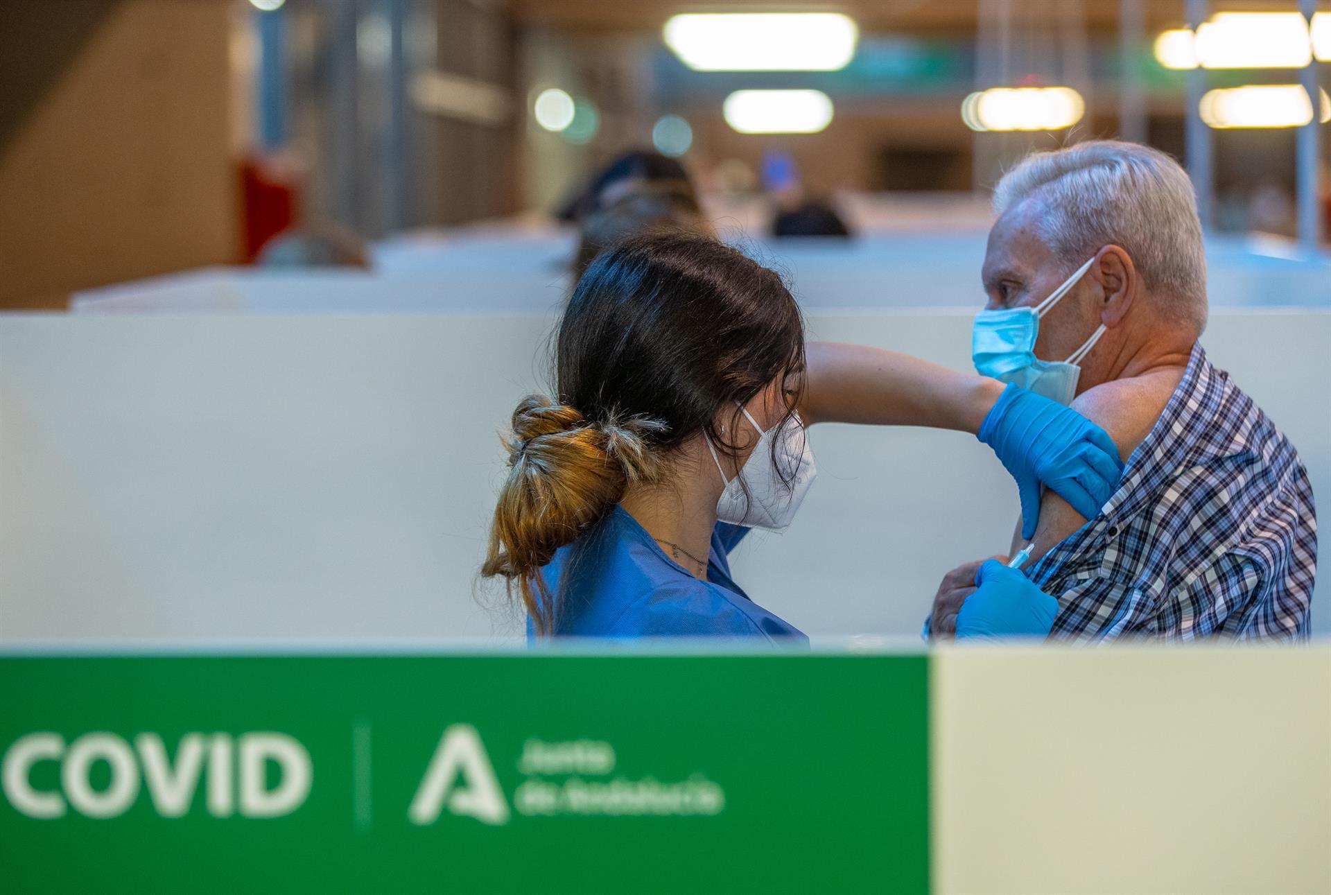 El 70% de los andaluces tiene la primera dosis y más de cinco millones cuentan con la vacuna completa