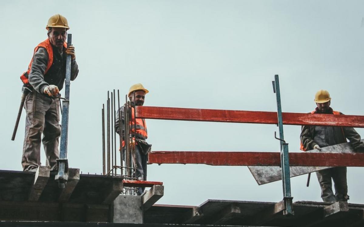 El sector de la construcción impone horario reducido en para evitar los golpes de calor en las obras