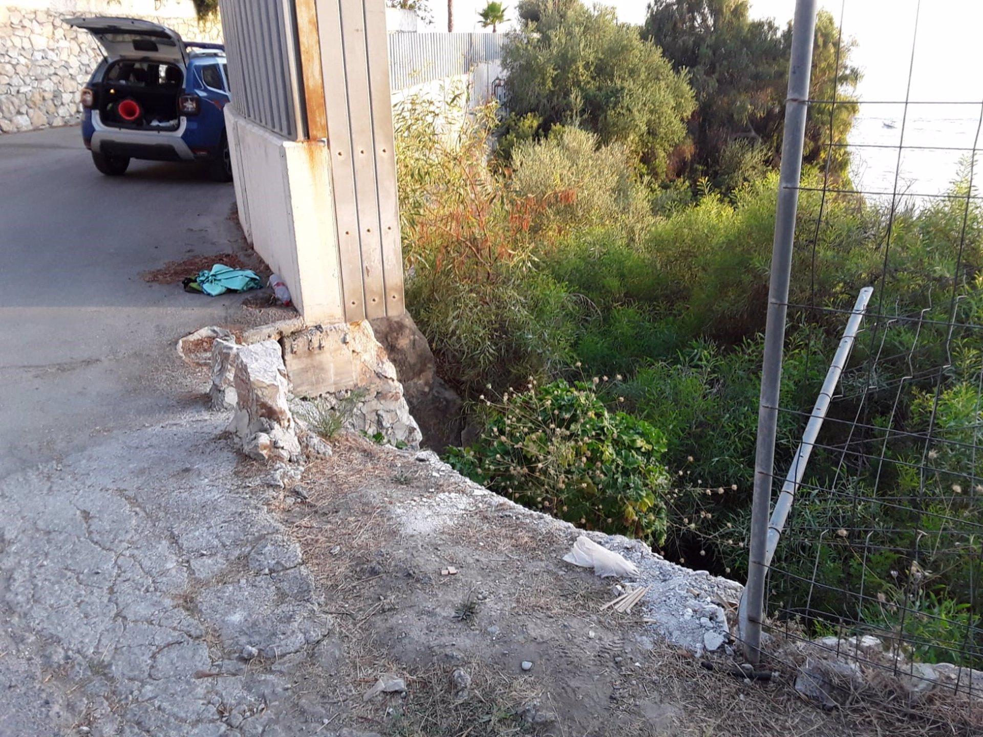 La Policía Local de Almuñécar rescata a un joven que había caído a un barranco de cinco metros