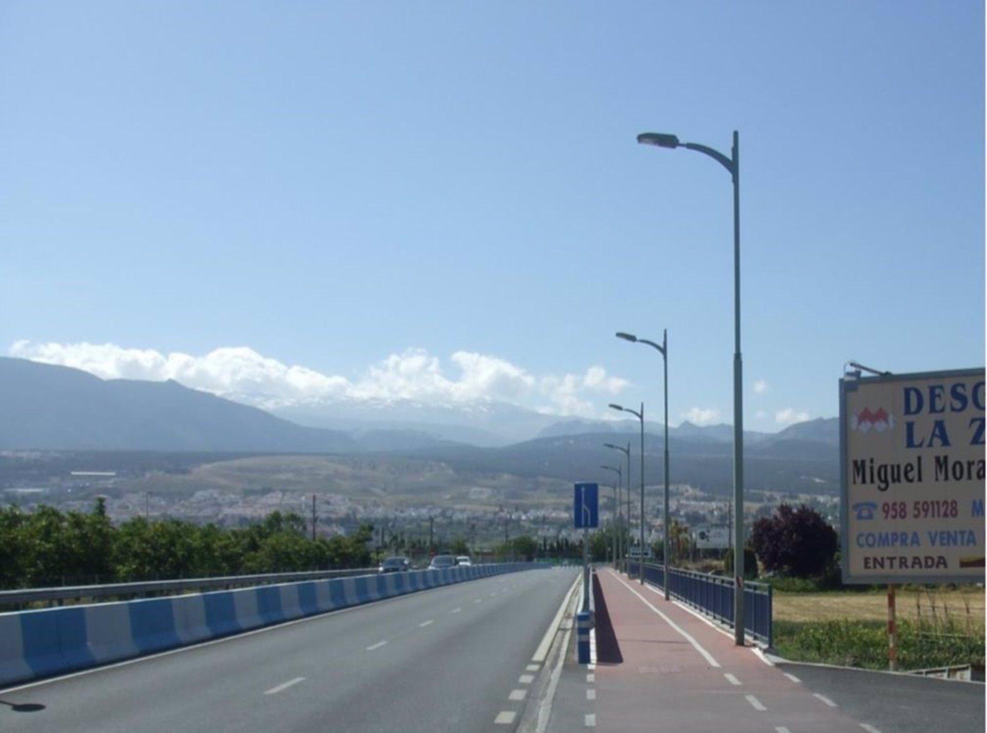 La Diputación destaca que el carril bici quedará «libre» de farolas cuando terminen las obras de La Zubia