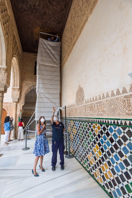La Alhambra restaura el alfarje del pórtico norte del Patio de Comares