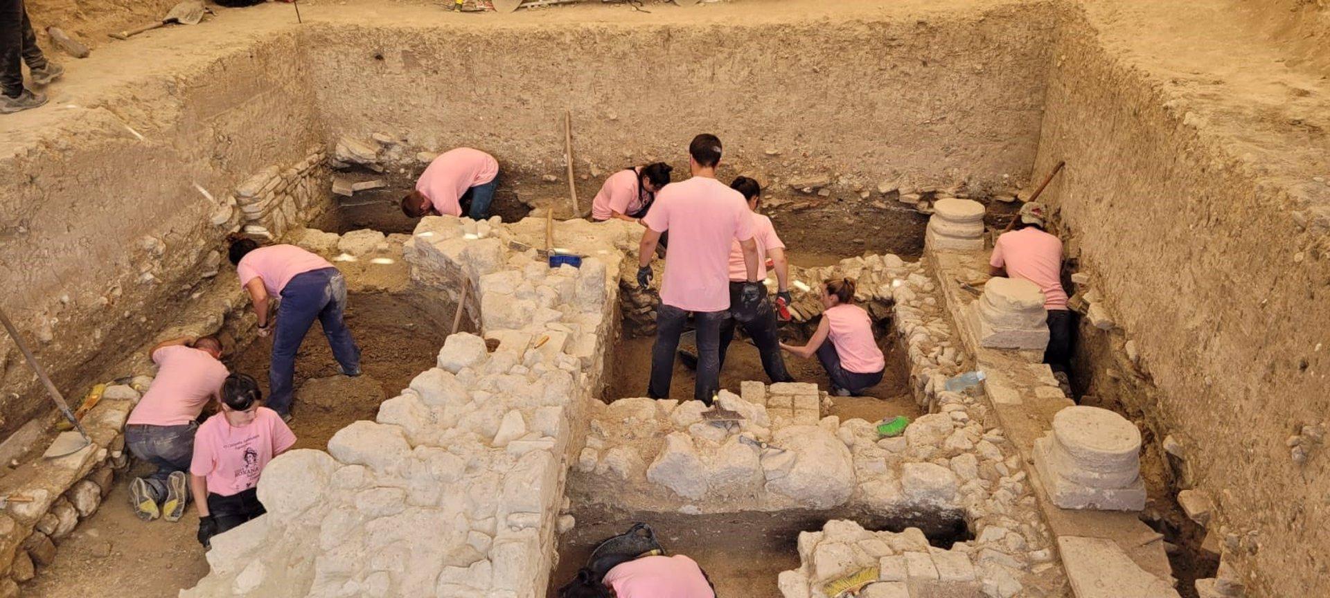 Descubren los restos de un nuevo patio columnado en la Villa Romana de Salar