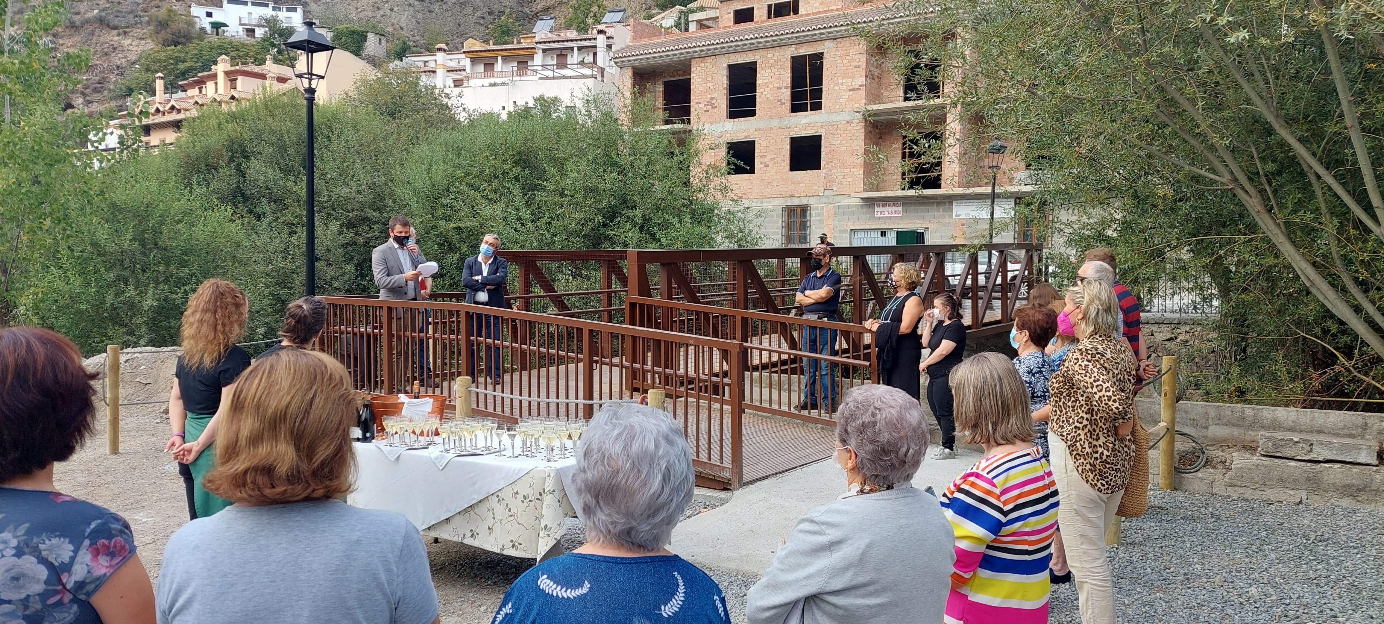 Monachil estrena su nueva pasarela sobre el río, que mejorará la movilidad en el casco antiguo