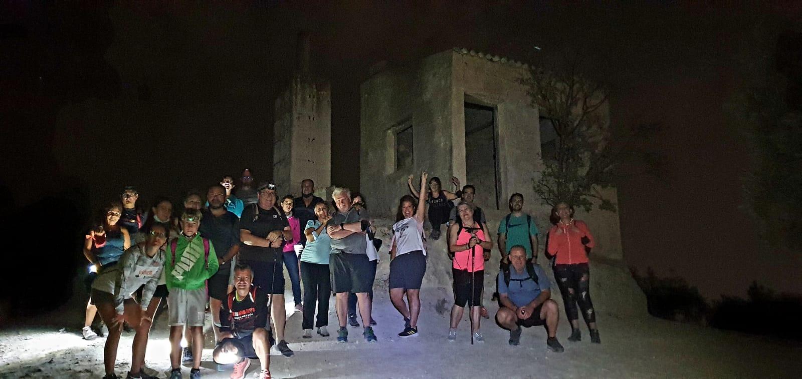 Los vecinos de Cúllar Vega conocen los caminos y cortijos de la Vega en una jornada de senderismo nocturno