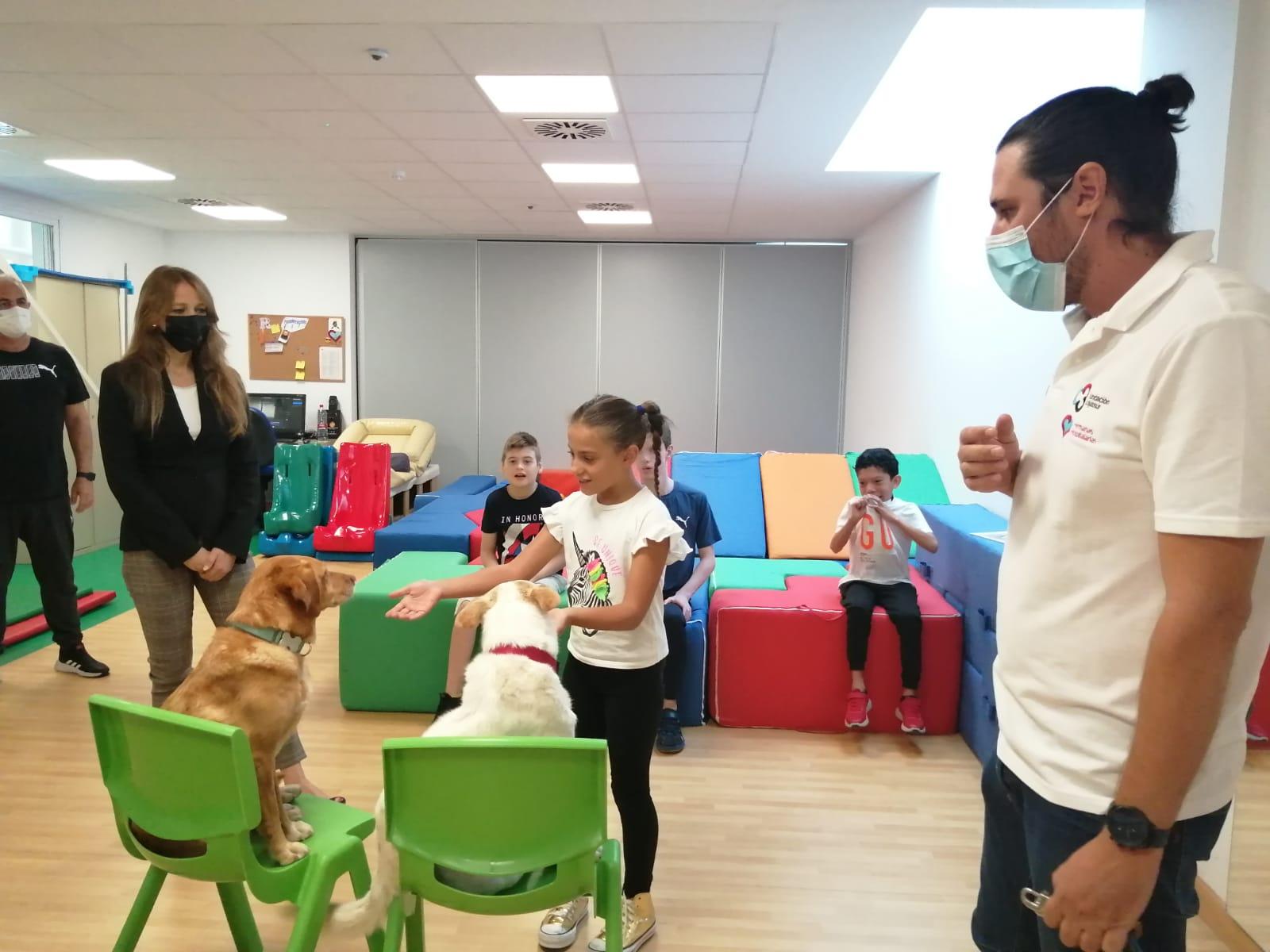 Dos autónomos granadinos, premiados por Empleo por mejorar el tratamiento de colectivos vulnerables mediante terapias caninas