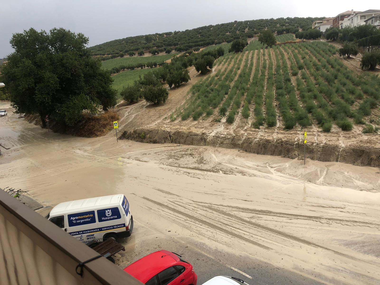 Una gran tromba de agua y granizo desborda el Arroyo Milanos de Montefrío y obliga a cortar las carreteras de Alcalá la Real, Huétor Tájar y Tocón
