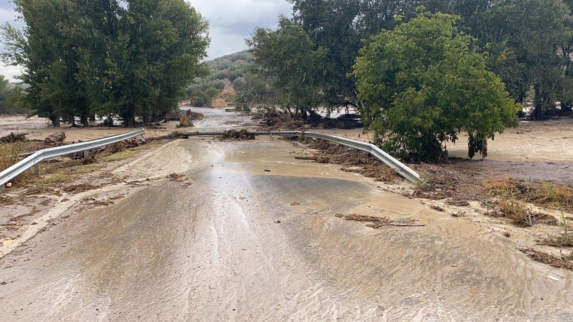 Buscan unos doce coches arrastrados por el agua en Montefrío que cuantifica daños en casas y caminos