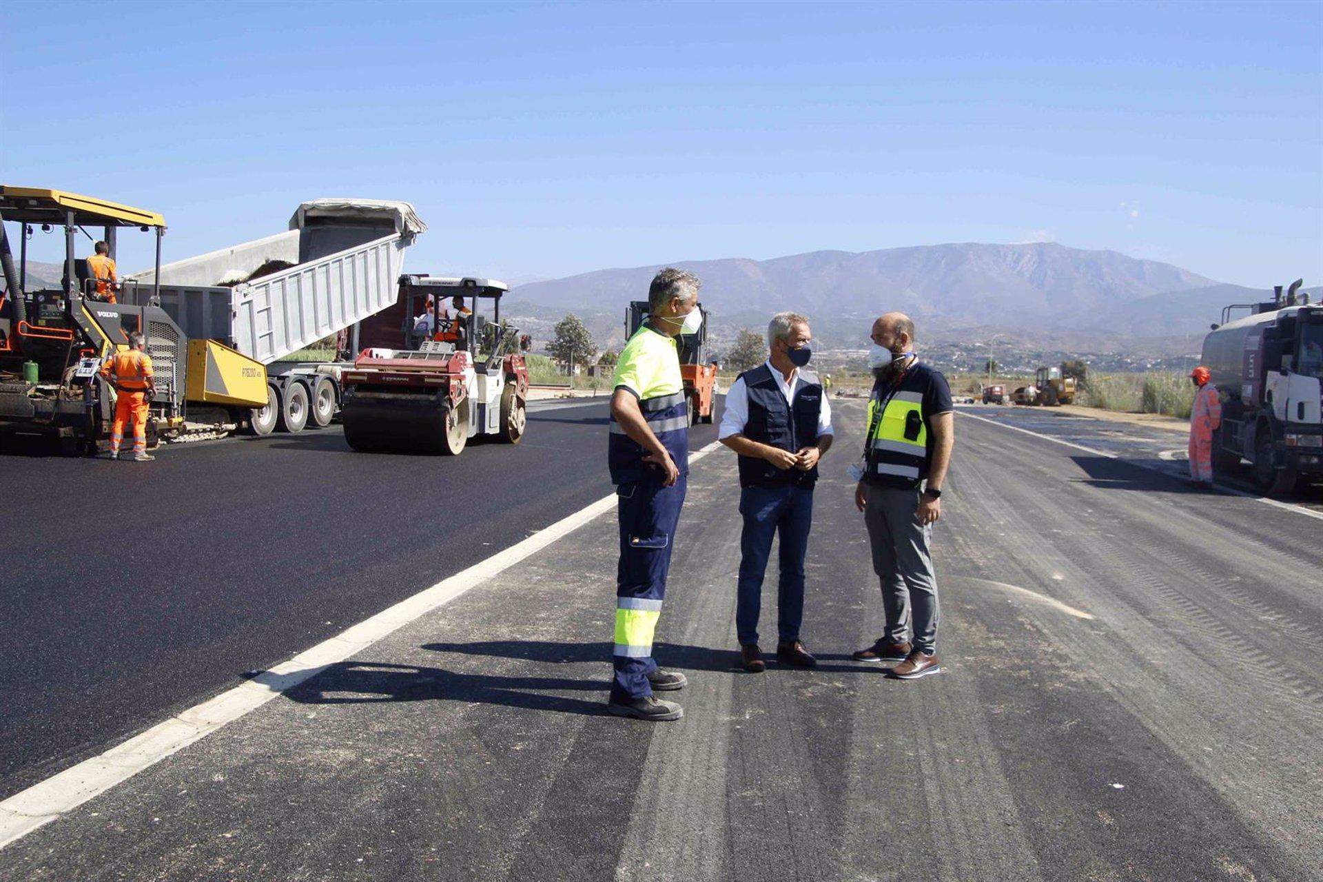 Comienzan a asfaltar el vial del Puerto de Motril para las mercancías de grandes dimensiones