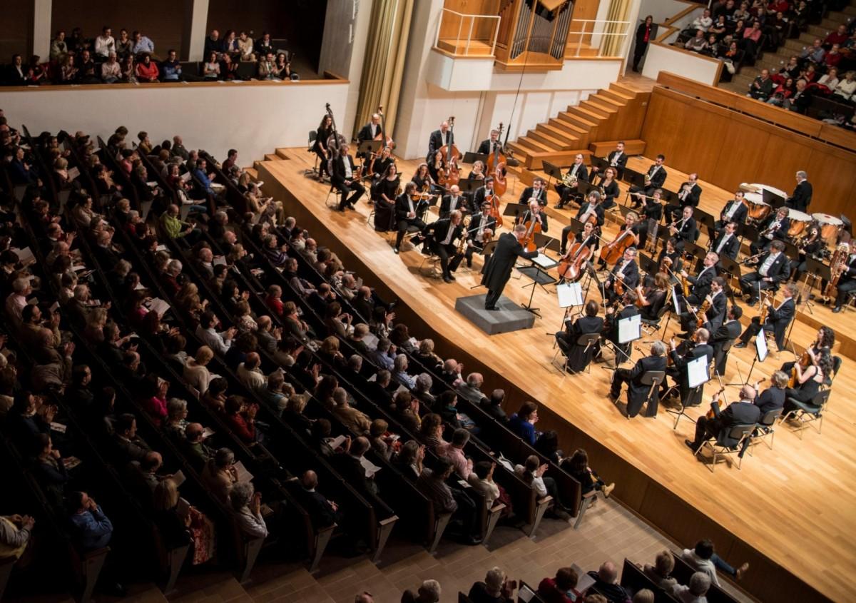 CajaGranada Fundación, CaixaBank y la Orquesta Ciudad de Granada intercambian música por material escolar