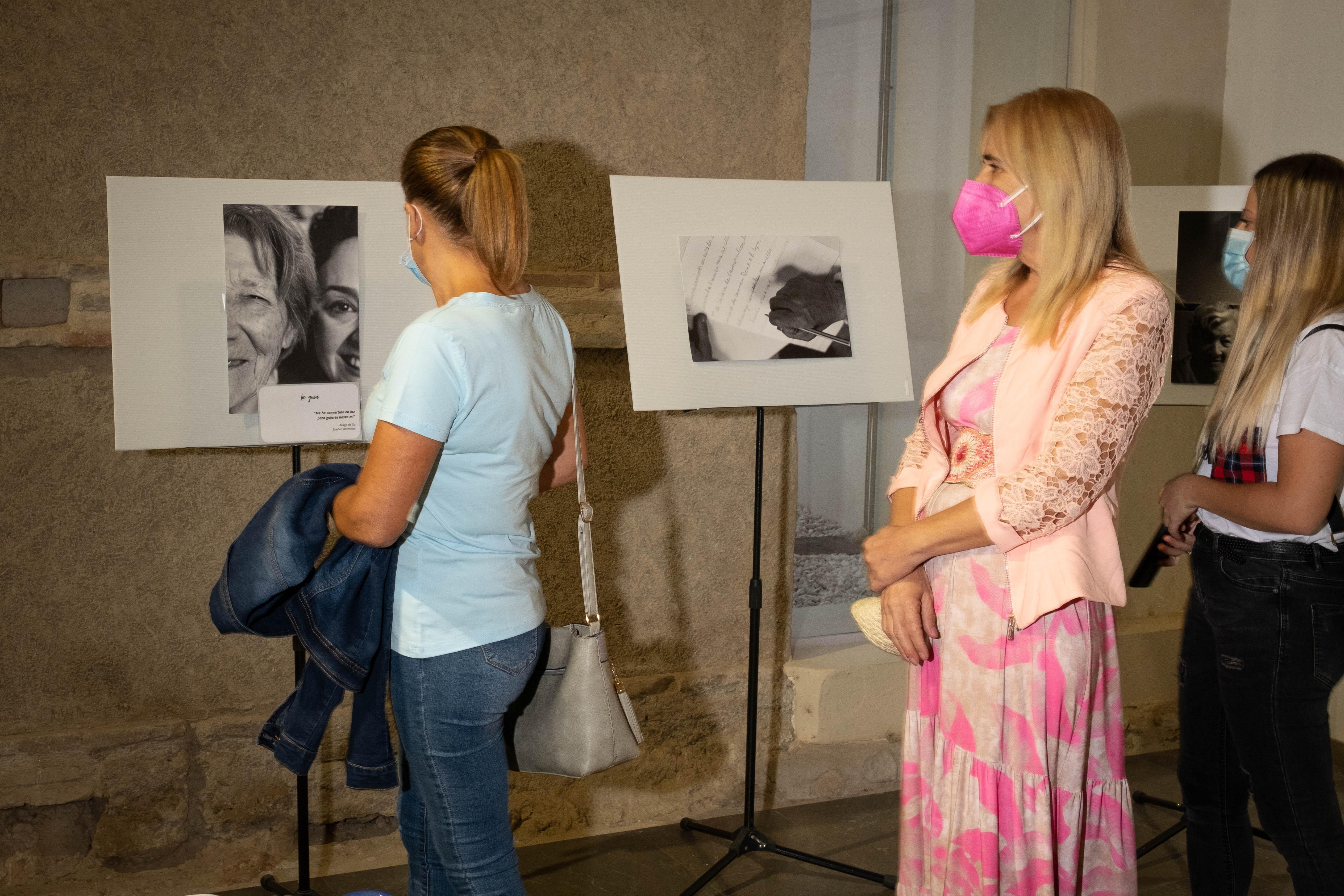 Huétor Tájar acoge una exposición de fotos y trabajos de arteterapia realizados por enfermos de Alzheimer
