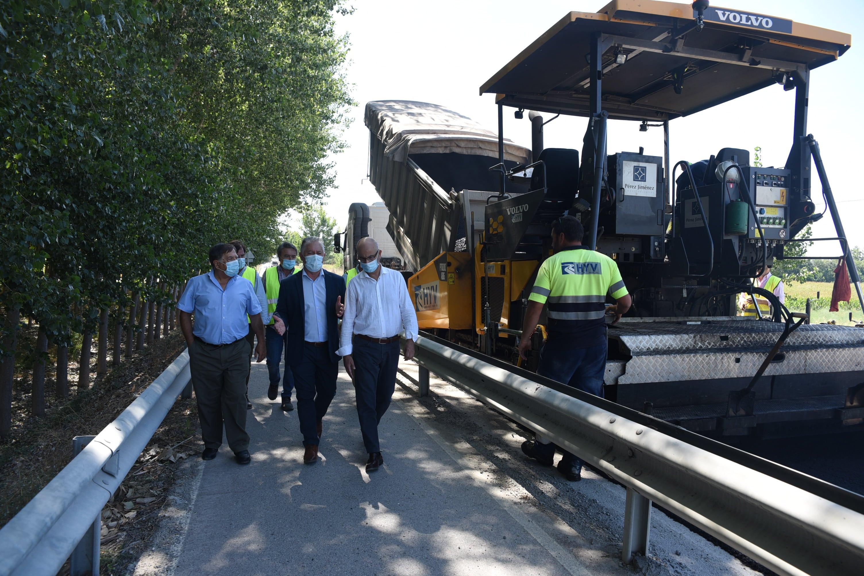 Diputación interviene en la carretera que cruza el barrio de La Pulga de Santa Fe para mejorar la seguridad