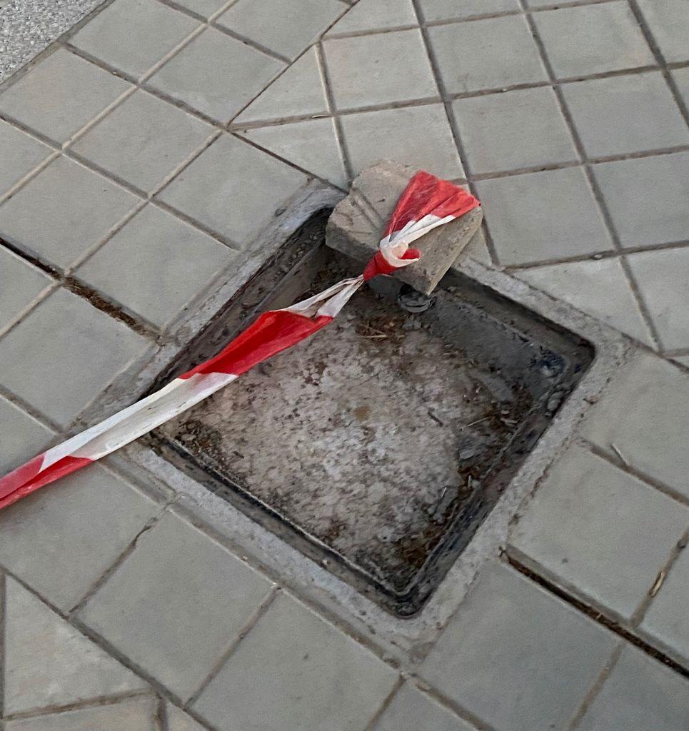 El PP denuncia el robo del cableado en la zona nueva de expansión N-3 que ha dejado una acera llena de socavones de metro y medio y sin luz