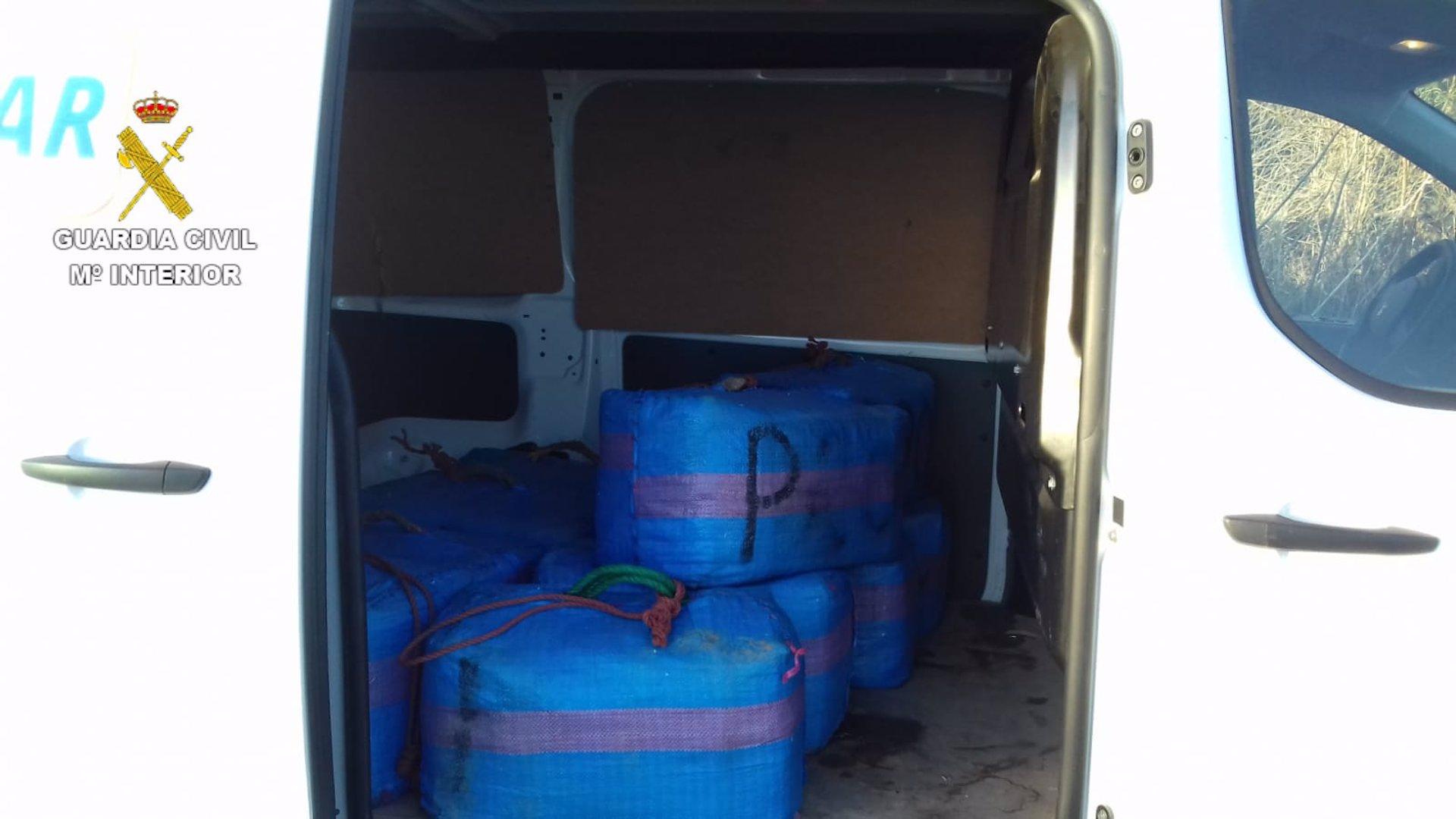 Interceptado un vehículo con más de 300 kilos de hachís en la A-92N tras embestir a la Guardia Civil