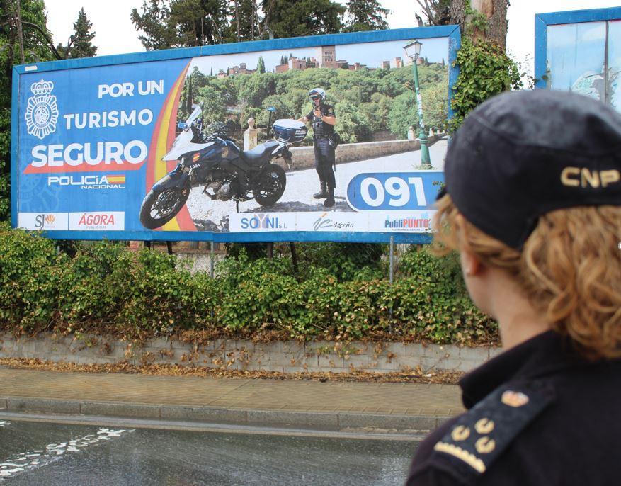 La Policía Nacional desarrolla en Granada, Motril y Baza, una campaña publicitaria dirigida a personas sin acceso a nuevas tecnologías