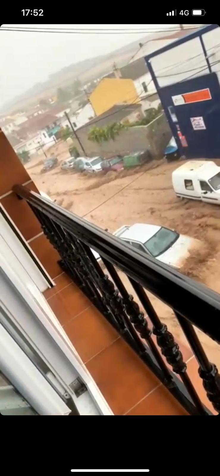 El agua arrasa algunas calles de Alomartes arrastrando coches y mobiliario
