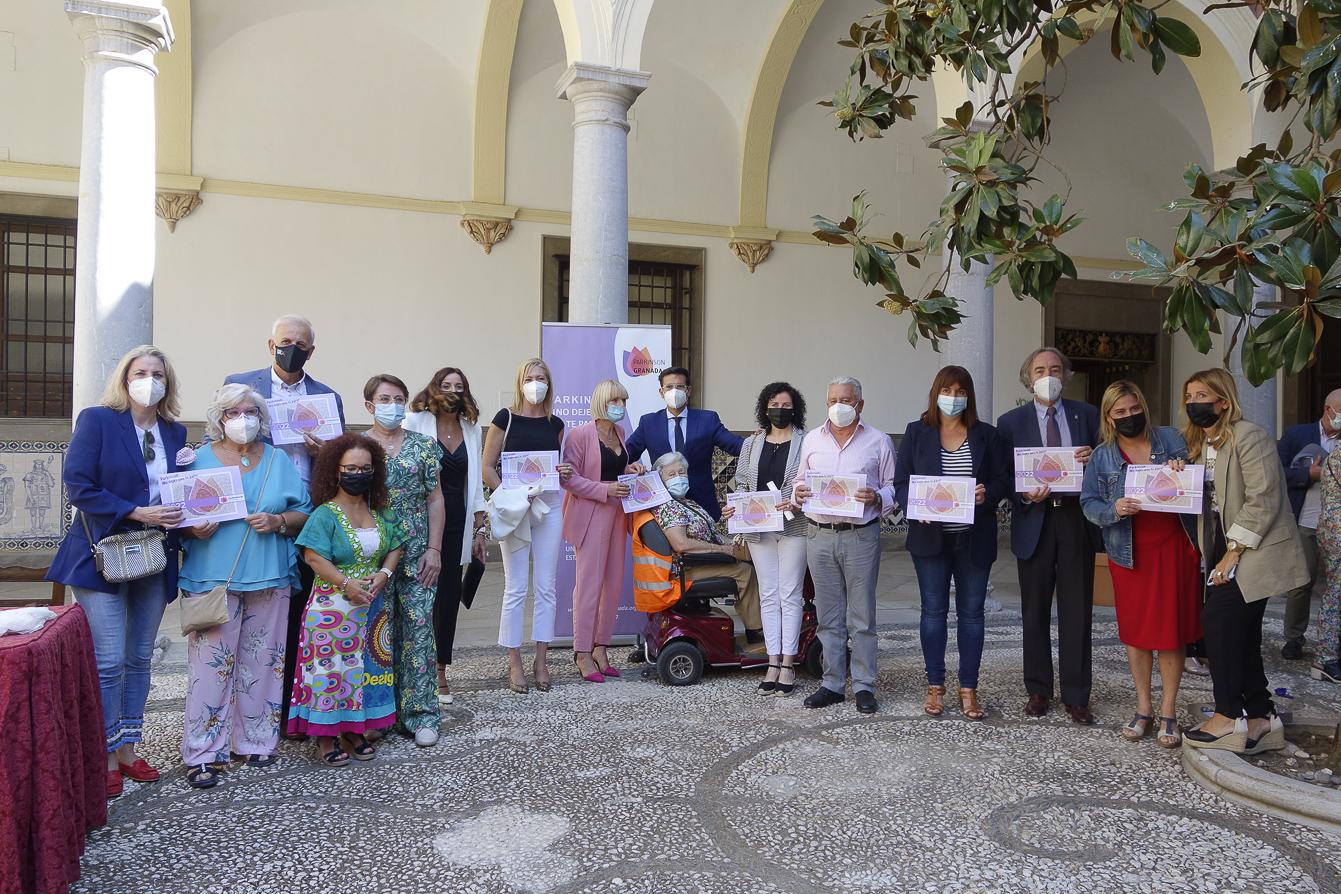 El alcalde agradece la «magnífica tarea» de la Asociación Parkinson Granada en la presentación de su calendario
