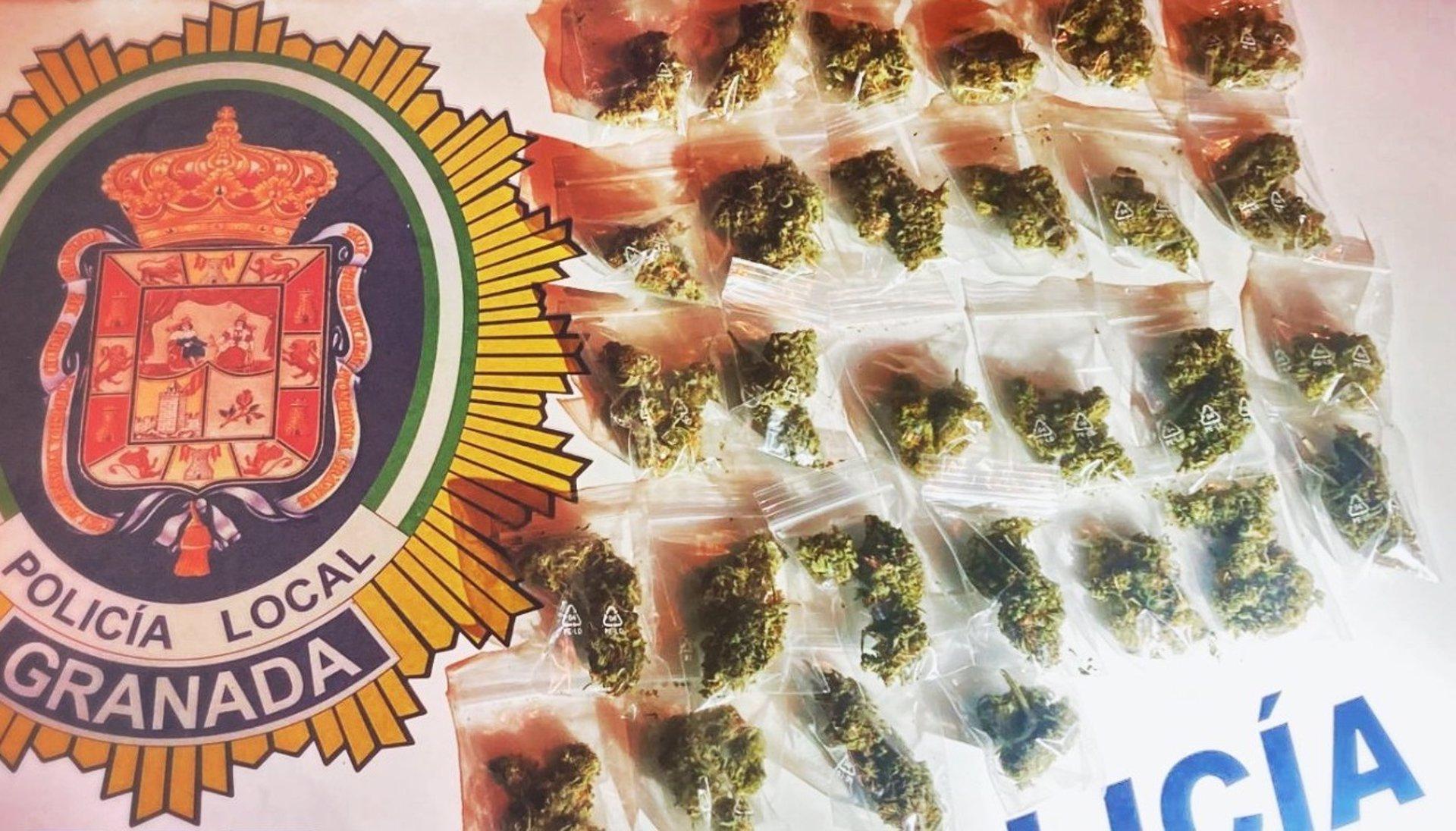 Dos detenidos por conducción sin carné y un tercero por hurto y por portar droga en la capital