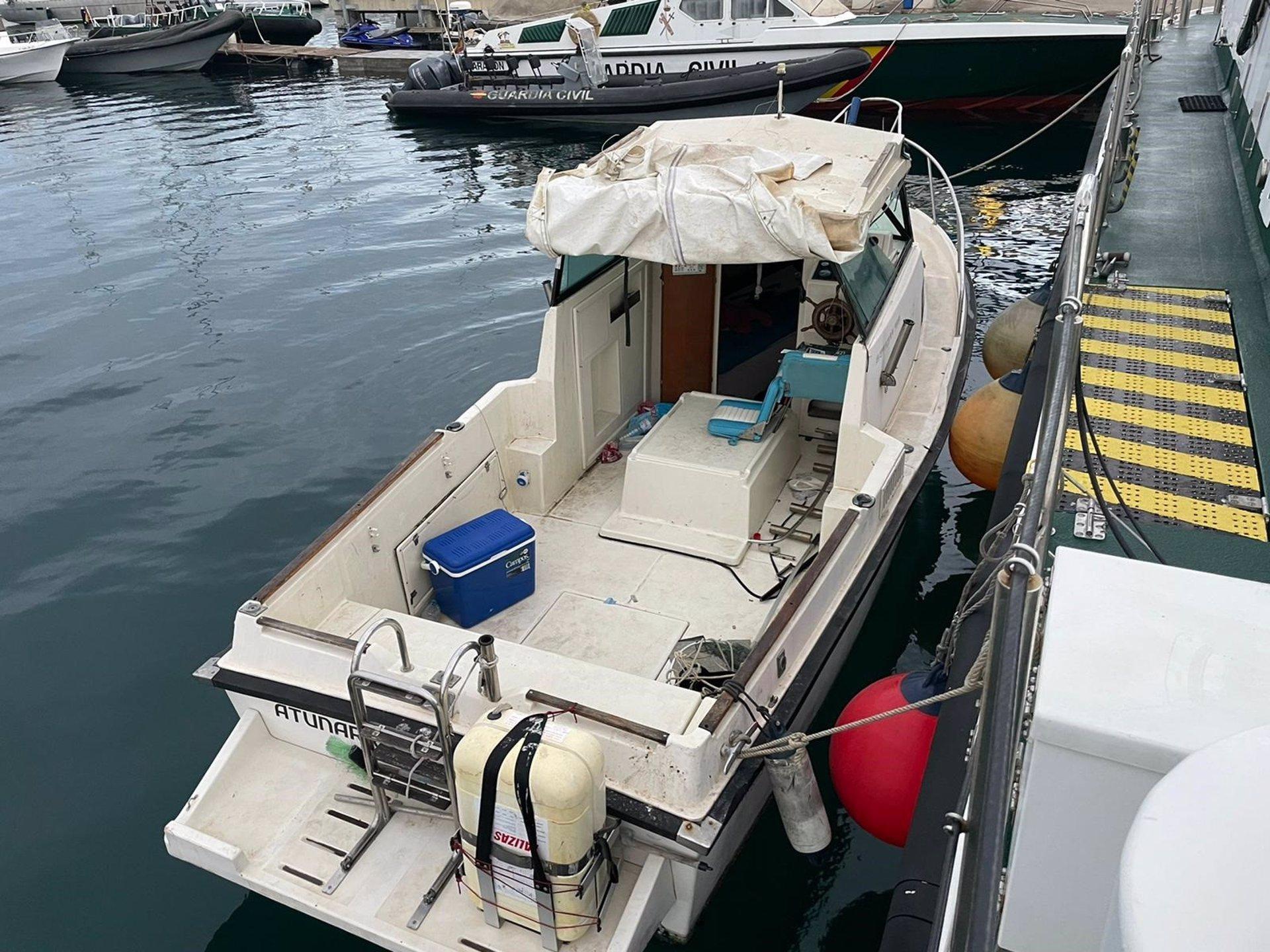 Interceptada frente a la playa Rijana una embarcación de recreo que transportaba 580 kilos de hachís