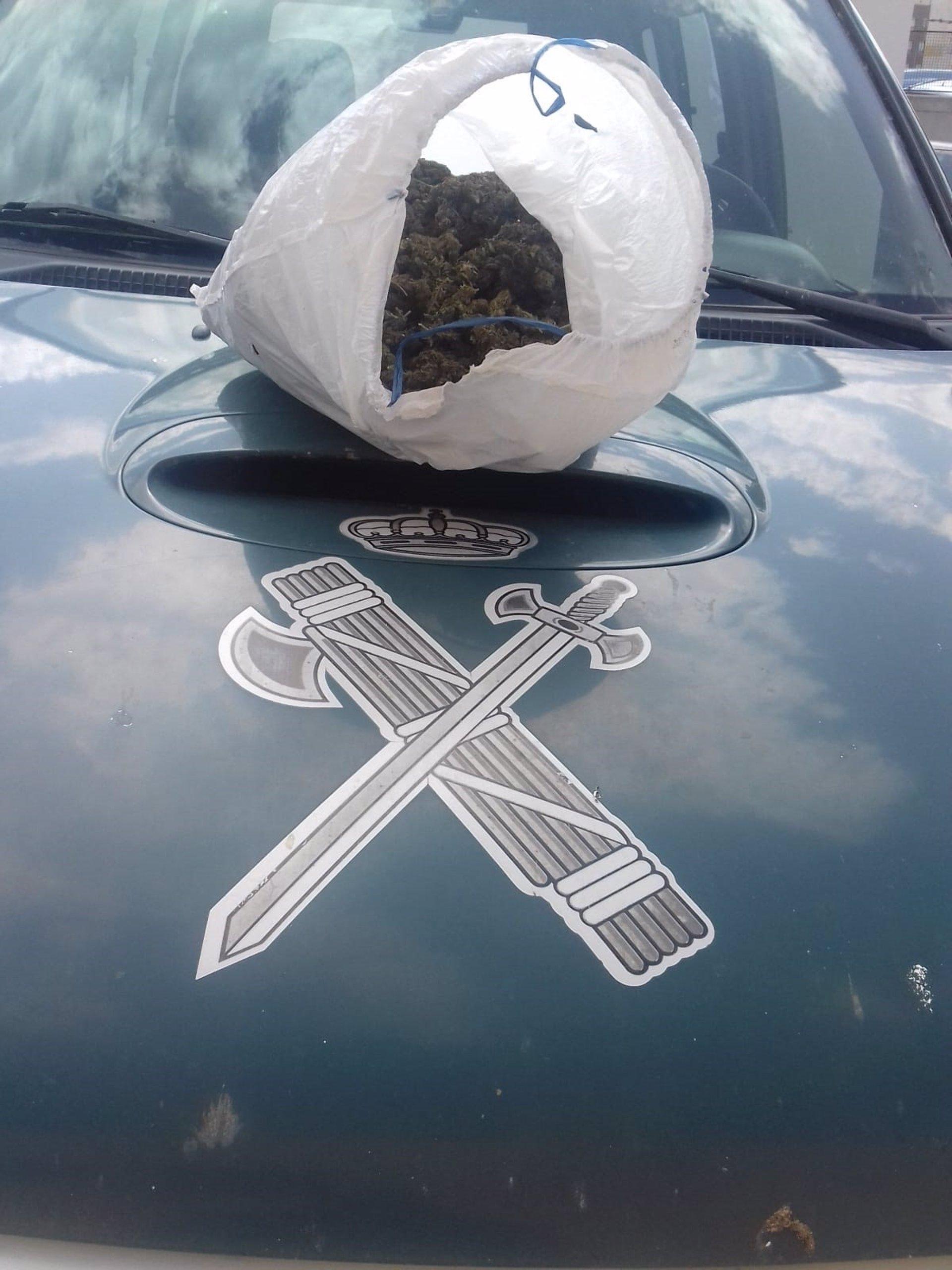 Dos investigados por arrojar un kilo de marihuana desde un coche tras saltarse un control en Guadix