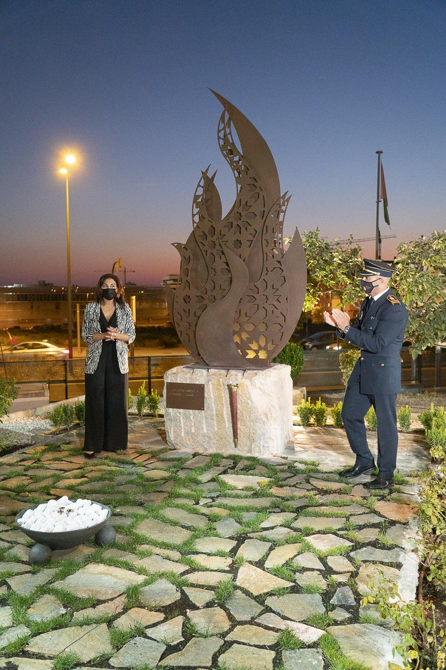 Inauguran una escultura en memoria de los bomberos fallecidos en acto de servicio