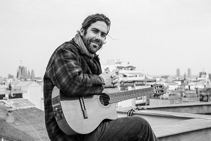 El granadino, Raúl R. Sola, presenta «Primer verano en las islas» , avance del álbum «Canciones de amor y miedo»