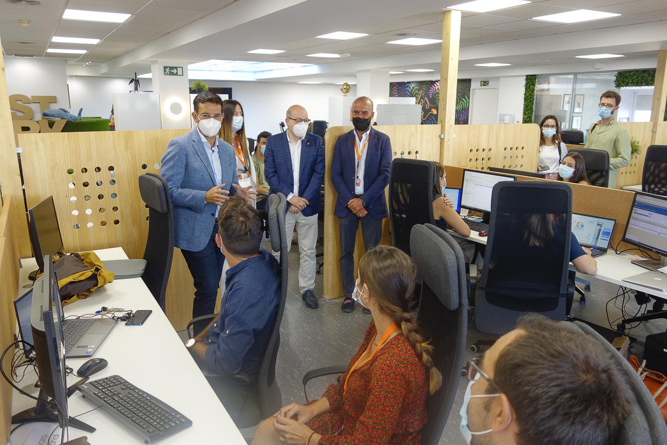 Cuenca visita la empresa SDN, que emplea a 160 jóvenes con elevada cualificación provenientes de la UGR