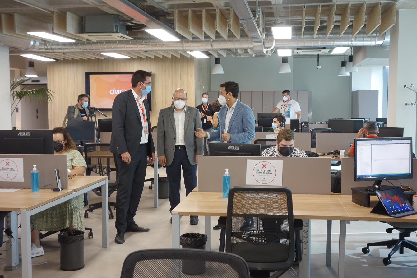 El alcalde inaugura las nuevas instalaciones de «Cívica Software»