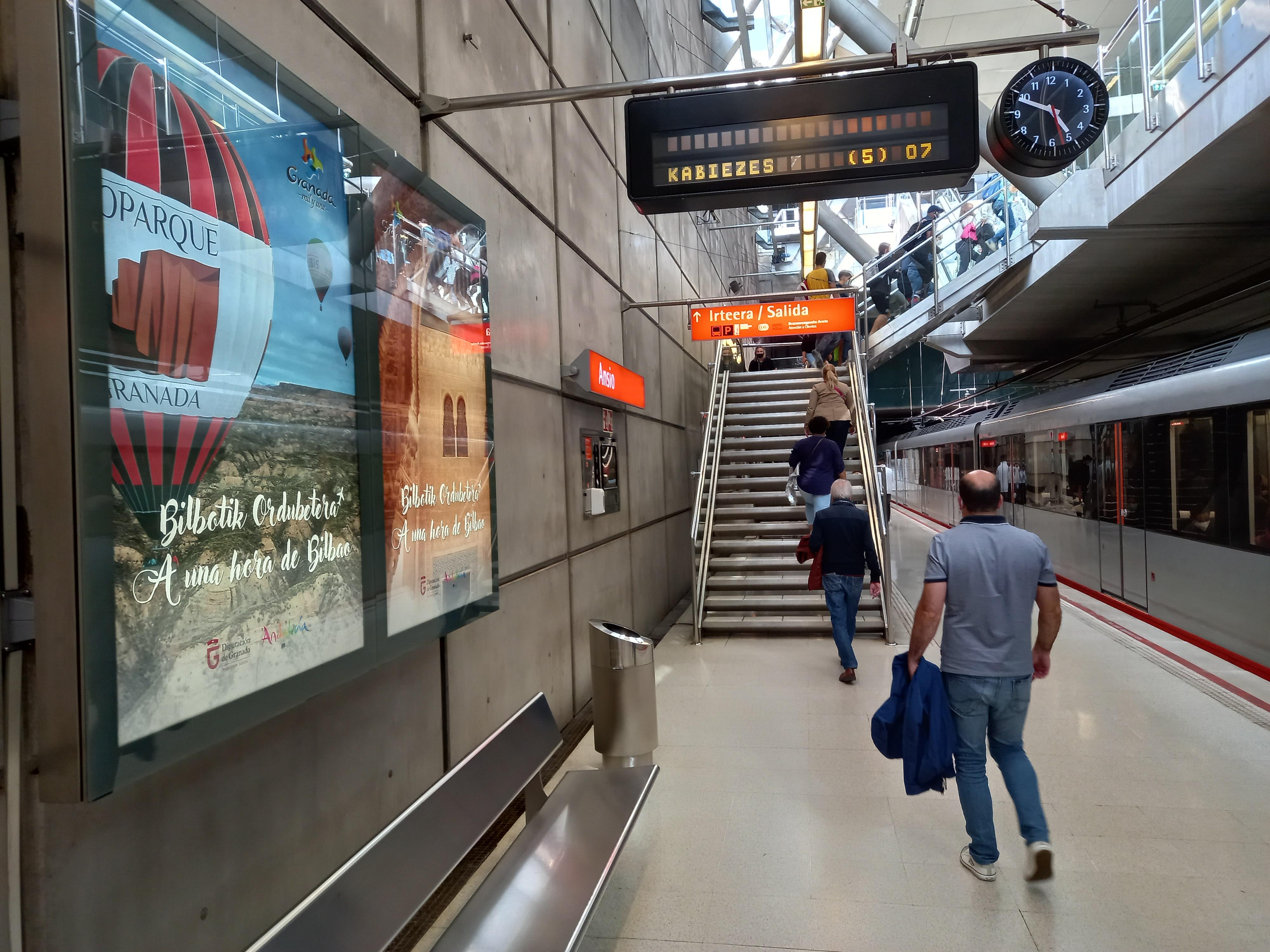 Granada se promociona en las calles, el metro y el aeropuerto de Bilbao