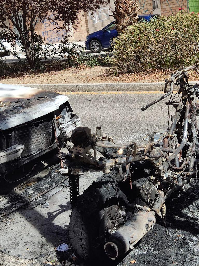 El PP alerta la quema de contenedores en el barrio de Los Periodistas que ha afectado a un coche y moto