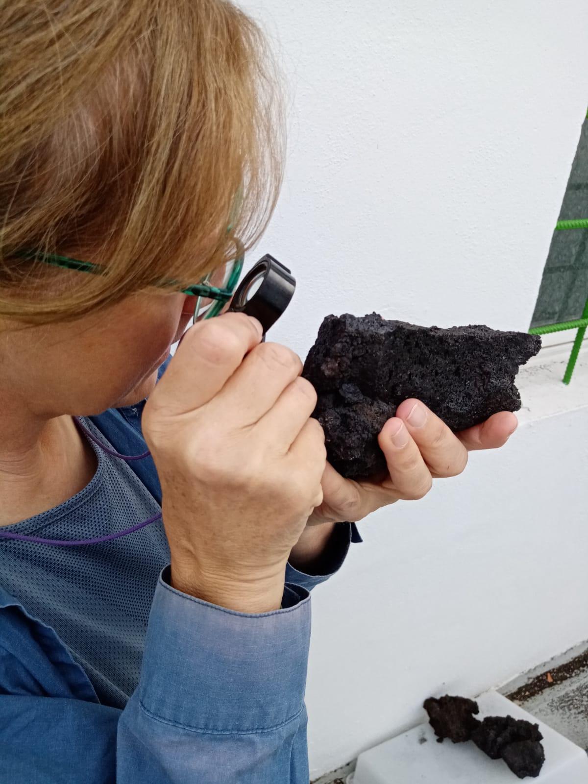 Una investigadora de la UGR analiza las lavas y tefras del volcán de La Palma para entender cómo evoluciona la erupción