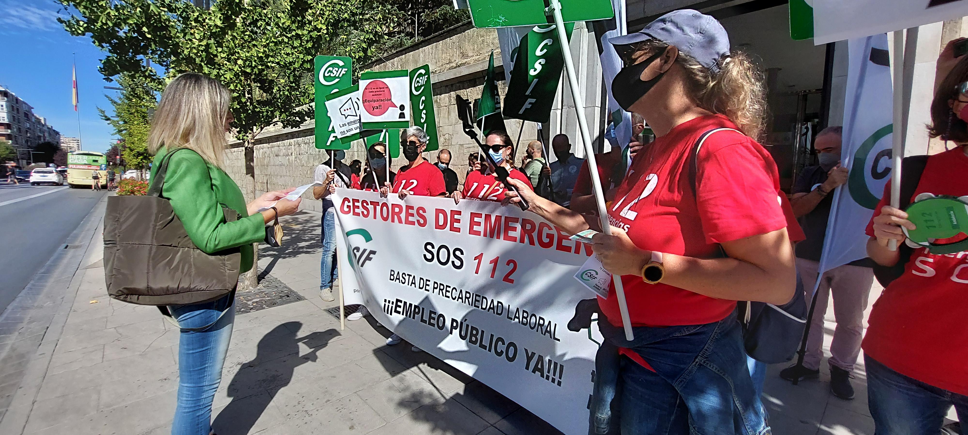 CSIF Granada protesta para exigir el fin de la subcontratación del servicio de Emergencias 112