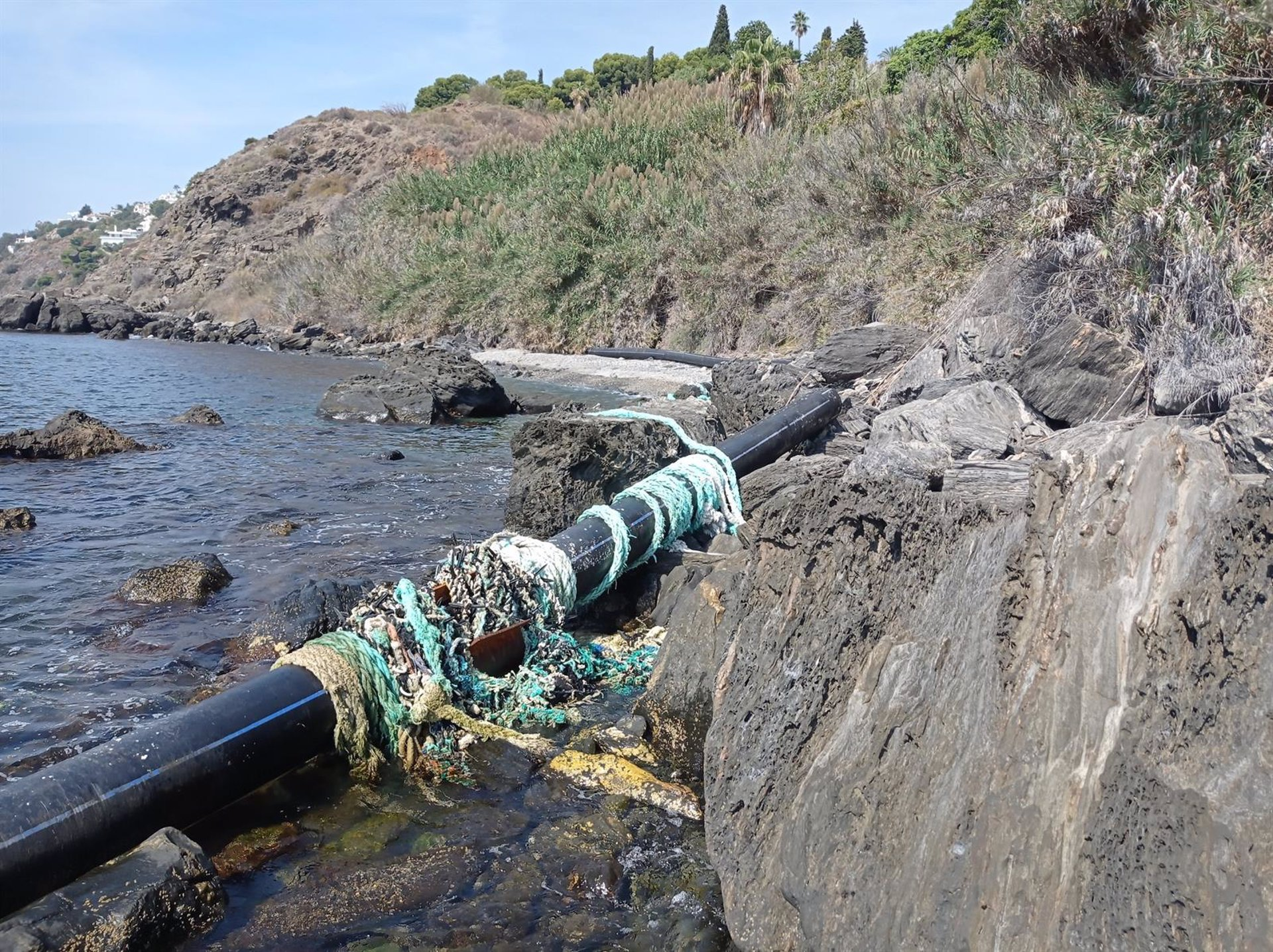 Ecologistas denuncian la presencia de tubos de plástico y cables en Salobreña