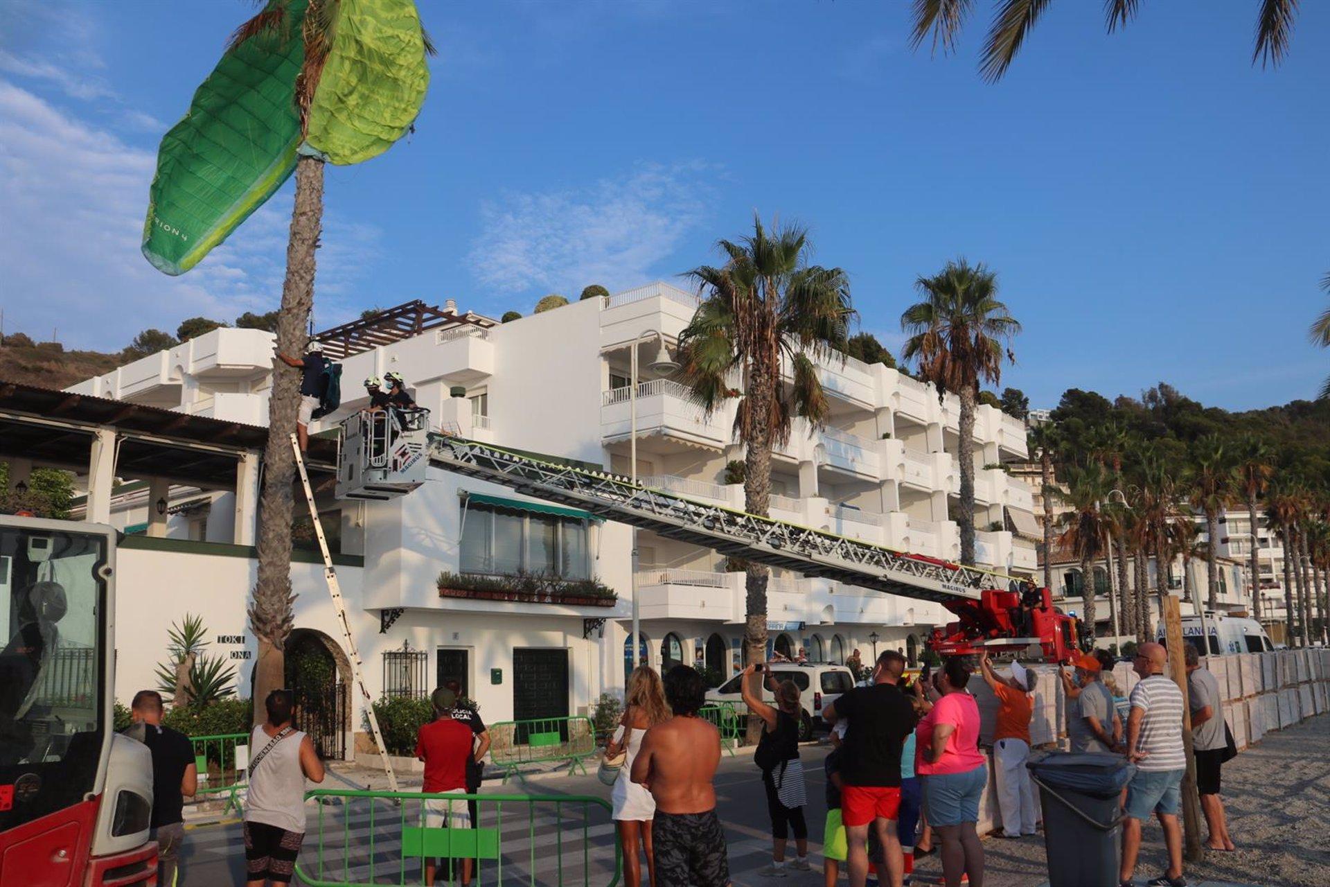 Rescatado un parapentista que se había estrellado contra una palmera en La Herradura